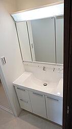 使いやすい三面鏡付きシャワー水栓洗面化粧台。