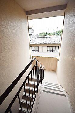マンション(建物全部)-松戸市新松戸北1丁目 日の差し込む明るい共用階段。
