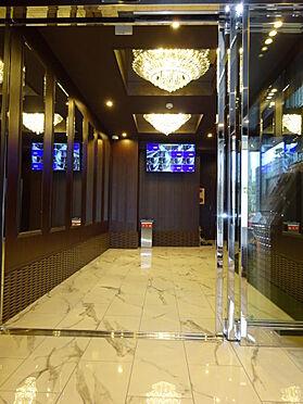 マンション(建物全部)-福岡市中央区今川1丁目 シャンデリアと鏡が栄える豪華なエントランス