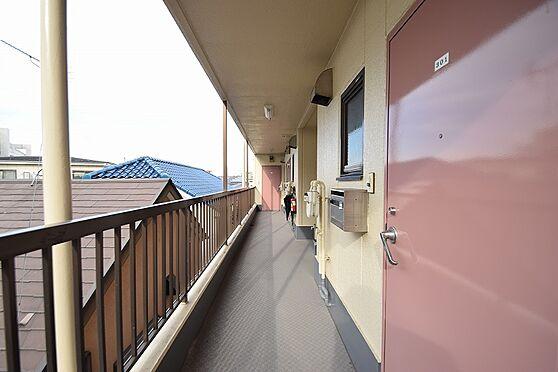 マンション(建物全部)-足立区江北2丁目 明るい日が差し込む共用廊下。