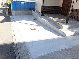 リフォーム済。玄関前の駐車スペースになります。コンクリートできれいに仕上げました。
