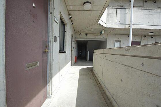 ビル(建物全部)-各務原市那加新加納町 陽射し射し込む明るい共用廊下。