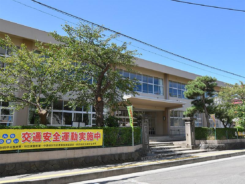 秋田市立中通小学校 約650m(徒歩9分)