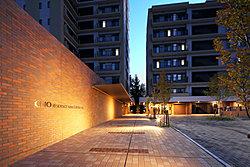 外観は立体感のあるデザインとナチュラルカラーで統一。上層階はバルコニーデザインに変化をつけ、ひとつの建築作品として誕生します。3面採光の角住戸を設けながら、2面採光やワイドスパンのプランも実現。
