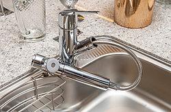 前面のプッシュボタンで浄水と原水の切り替えが可能。浄水器ごとホースが引き出せるのでシンクの隅々までお掃除できます。