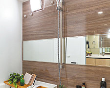 バスルームを上質なインテリア空間に変える、壁パネルで仕上げました。乾きも速く、掃除などのお手入れもしやすくなりました。