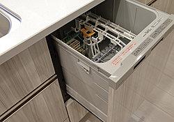 面倒な後片付けの手間をグンと減らす便利な食器洗い乾燥機を標準装備。食器を上から出し入れできるスライド式です。