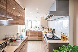 美しく機能的なL型キッチン(※2)が、料理の時間を優雅に演出。家事動線を考えた充実の水まわり。キッチンから洗面室・浴室へ直接つながり、(※3)家事効率にも配慮された設計。機能性と美しさを兼ね備えた、効率的な水まわり設備が快適な暮らしを実現。