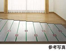 リビング・ダイニングには、東京ガスのTES温水床暖房を採用。温水を利用して足元から心地よく室内を暖め、理想的といわれる「頭寒足熱」を実現する暖房システムです。