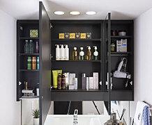 ティッシュボックスや収納用のボックスがちょうど収まる奥行を確保した収納スペースです。