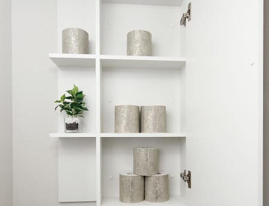 吊戸棚(トイレットペーパーやサニタリー用品をすっきりと収納できる吊り戸棚を設置しています。)