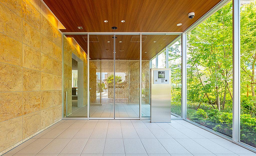 エントランスホール完成予想図(室内へ入ってからもなお、傍らには木々の緑が寄り添う。外から内へ、オンからオフへ。安らぎと爽快感に満ちた空間を進む程に、心も緩やかに切り替わっていく。)