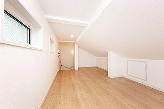【比べてください!この収納力】小屋裏を有効活用した「Eスペース」は、固定階段で行き来できるので荷持を持っていても安心感があります。収納だけでなく、シアタルームやコレクションルームなど趣味の部屋としての活用や、子供たちの遊び場として、他にもアイデア次第でマルチに活用できそうです。一般的には13~15%と呼ばれる収納部分の面積比率が当社では平均22%ある要因の1つです。