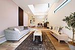 空間を広々使えるピットリビングと吹抜けの開放感あるりリビングのある住まい。ナチュラルな淡い配色の壁紙や家具が落ち着きのある空間を作り出します。(モデルハウス22号地)