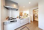 家事動線を考えた設計の水廻り。広々キッチンから洗面所~浴室まで一直線。収納もたっぷりの可動式棚を備え付けてあります。(当社施工事例)