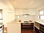 L型の対面キッチンに収納を組み合わせた豪華なキッチンでは、家族の楽しそうな会話が弾みます。(3-7-8号地モデルハウス】