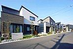 青い空×木の素材感×緑の植栽のコントラストが共演する街並み