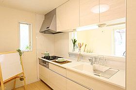 片付けやすく使った物をすぐに仕舞える収納豊富なキッチン。