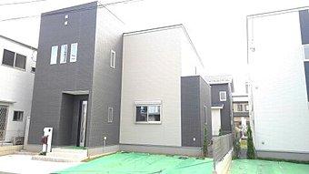 <2号棟南側外観> 一直線に伸びた広いバルコニーが特徴的。お洗濯が多い家庭も安心です。