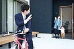 【6号地モデルハウス】 ご家族の「いってらっしゃい」「ただいま」の声が温かく迎えてくれる玄関。通勤は最寄り駅まで自転車で8分!大切な自転車も室内で保管頂けます。