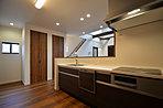 【当社施工例】 タカラスタンダード製のシステムキッチンを採用。スキマのないシンクや排水口を採用。さらに熱や汚れにも強く、お手入れしやすい清潔設計です。