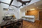 【当社施工例】 対面キッチンにはカウンターを設置。お子様の宿題を近くで見守ることもできます。夜は間接照明でご夫婦並んでお酒を楽しむこともできますね。