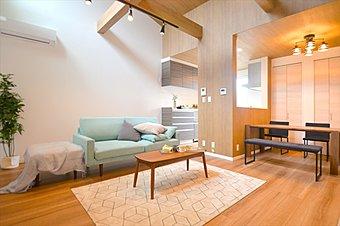 【コンセプトハウス「座して暮らす家」】 都市型ルーフバルコニーは、階段を上がれば非日常を楽しめるプライベートリゾート空間が広がります。青空の下、ジャグジーやBBQパーティーも愉しめます。