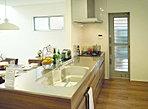 ■お洒落キッチン!ハーフペニンシュラを採用。仕切りがないので、リビングと一帯になったお住まいを演出!!【施工例】