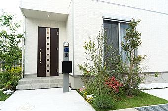 【NEW外観】開放感×プライバシー。目隠し壁のある家(レア北出島WEST8号地2018年5月撮影)