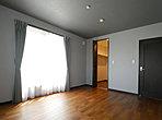 お洋服もたっぷり収納できるウォークインクローゼットのある主寝室。全室2方向窓で明るく風通しのよい住まいです。