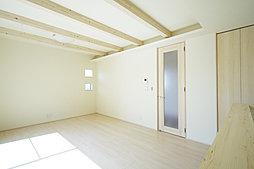 心地よい陽光が降りそそぐ南向きのリビング。やわらかい暖かさでお部屋をむムラなく温めるガス温水式床暖房を標準装備。(施工例写真)
