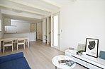 B棟:採光がたっぷりの明るく快適な住空間。足元からお部屋全体を暖める、心地良い床暖房標準装備。