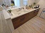 ( 家具付きモデル棟5号棟 )木目調は何処か落ち着きを与えてくれます。システムキッチンに生かし捗る料理。奥様も喜ぶ素敵な空間に。