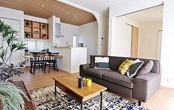現地にてモデルハウスが完成しました。 永住を見据えたポラスのスタンダードクオリティの、天井高2.7m、サッシ高2.2mのゆとりある開放的な空間をぜひ一度ご覧にお越し下さい。  平日でも内覧できます。お問い合わせは、【0120-350-255】まで。  ◆スペシャルムービー 家を「買う前」に知っておきたい、「買った後」のお話 【ポラスのアフターメンテナンス】はこちら ▼▼