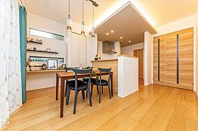 広々としたゆとりあるLDK空間に自慢の素材を盛り込んだ家。