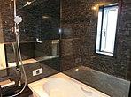 ワイドタイプ鏡面ミラー!1坪タイプのゆったりとした浴室です!小窓付きで通気性も◎