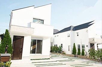 施工例 青空を背景に美しく佇む邸宅ラグシス綾瀬 Vol.1。木々のさざめきに包まれながら、温かい光が優雅に降り注ぐ。