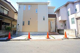 外観です。駐車スペース1台と、駐輪スペースも確保できます。イエローベージュをアクセントにしたほっこり優しい色合いの外観に仕上げました。
