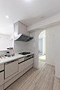 【LDK】 キッチンから全てを見渡せるLDKは家族の団欒の空間です。(学園前施工事例)