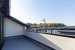 広々とした敷地なのでテラスやウッドデッキのある暮らしも可能です。