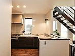 調理する人を囲むように折れ曲がる形状のため、少ない歩数で作業ができ、調理台のコーナー部分を広く使うことができます。
