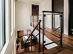 1階と2階の空間をつなぐ、開放的な階段ホール。