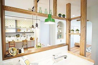 キッチンの正面につくったカウンタースペースは、玄関からも直接出入りができる、キッズの勉強や遊びの場として大活躍!お料理中のママも、お子さまの姿を見守れるので安心です。