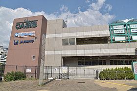 駅にはスーパーやクリニックが入った商業施設が隣接