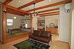 柿渋塗料で塗装した梁・柱・カウンターとパイン材の無垢床