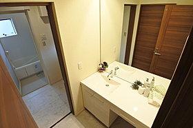 注文住宅でオーダーの多い2階洗面台を設置しています。