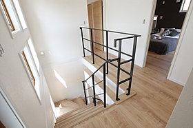 上部を勾配天井にする事によって、明るく開放感のある階段。