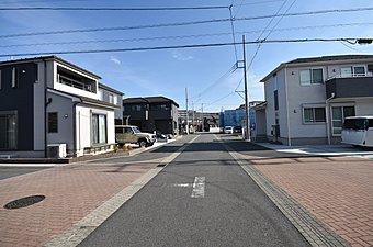 区画整理地内に6~9m道路の広さに全13区画の建築条件付売地。入間市の街並み中心部の開放感は低層住宅街でゆとりと豊かさがあります。平坦地で便利で便利生活