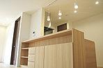 キッチン前の造作棚は実用性とデザイン性を兼ね備えます。