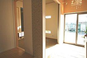 LDK16帖横には6帖の和室も隣接。
